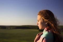 调查距离的Beautifull十几岁的女孩 免版税库存图片