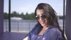 调直头发和享受放松的逗人喜爱的快乐的妇女画象在一好日子户外 影视素材