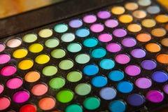 调色板专业五颜六色的眼影。构成集合背景。 免版税库存图片