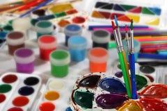绘调色板和刷子 免版税图库摄影