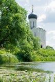 调解的教会在Nerl、天空、云彩、湖和Wa的 免版税库存照片