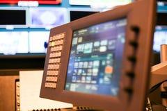 调转工触摸屏显示器在演播室电视台, A按 图库摄影