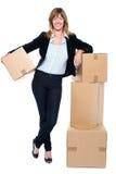 调迁她的办公室空间的商业主管 免版税库存图片