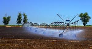 调遣更好的植物生长的灌溉系统并且促进耕种和生长农业庄稼 免版税图库摄影