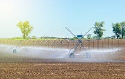 调遣更好的植物生长的灌溉系统并且促进耕种和生长农业庄稼 库存照片