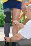 调整义肢腿的治疗师 免版税库存照片