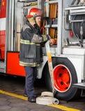 调整在卡车的消防队员水管 库存图片