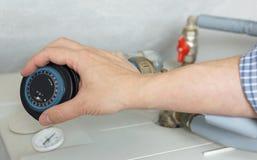 调整在锅炉的水管工时钟 免版税库存照片