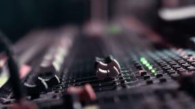 调整在他混合的控制台上的音频工程师音量控制器在一个生活事件期间 股票视频
