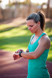 调整她的心率显示器的一个女运动员的图象 免版税库存图片