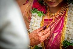 调整她的Mangalsutra的一个印度印地安新娘 免版税图库摄影