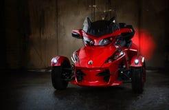 调整的红色摩托车brp能是rt被限制的spyder 免版税库存图片