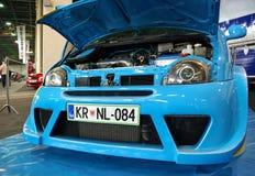 调整的蓝色汽车前面 库存图片