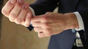 调整他的衬衣链扣一个人的特写镜头 股票视频