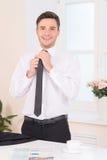 调整脖子领带的商人特写镜头 免版税库存照片