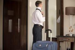调整领带的年轻商人 免版税库存照片