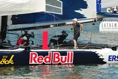 调整风帆的红色公牛航行队乘员组在极端航行的系列新加坡2013年 免版税图库摄影
