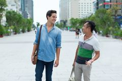 谈两个人的微笑室外,亚洲混合种族 免版税库存照片