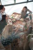 谈五个朋友的垂直的图象在房子里 图库摄影