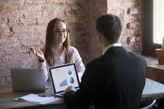 谈判与关于供应的商务伙伴的女实业家 免版税图库摄影