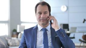 谈判与顾客的中间年迈的商人在电话谈话中 影视素材