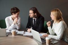 谈判关于项目的商务伙伴在会议期间在bo 库存照片