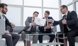 谈判合同期的商务伙伴 免版税库存图片