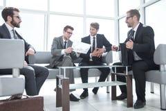 谈判合同期的商务伙伴 库存图片