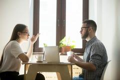 谈判和工作在膝上型计算机的有关自由职业者 库存图片