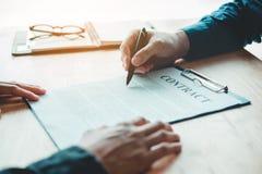 谈判在两个同事之间的商人一个合同 免版税库存图片