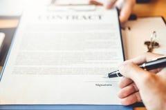 谈判在两col之间的商人合同握手 库存图片