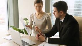 谈判在会议的商务伙伴,谈论新的项目,工作结果 影视素材