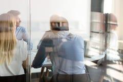谈判在桌视图的多种族商人通过玻璃 免版税库存照片