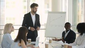 谈判在见面期间的不同的商务伙伴在证券交易经纪人行情室 股票录像