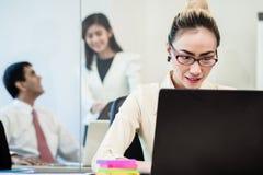 谈办公室的工友后边闲话支持女实业家 免版税库存图片