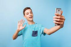 谈年轻的人网上视频聊天,在电话在演播室 库存照片