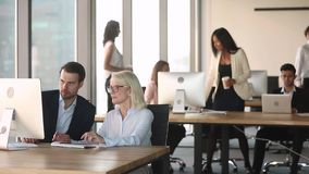 谈的公司经理在计算机上的合作的工作在现代办公室 股票视频