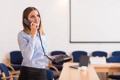 谈的女商人一个电话在办公室 图库摄影