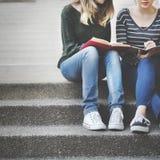 谈的妇女学习激发灵感概念的友谊 免版税库存照片