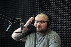 谈的男性无线电赠送者在电台 库存照片