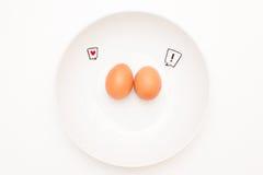 谈的食物:与可笑的标签的两个鸡蛋 免版税库存照片