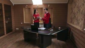 谈论一个合同的两个商人在办公室 股票录像