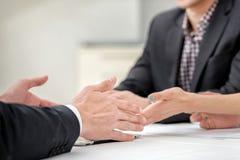 谈论三个和两个的商人的手企业事务 库存图片