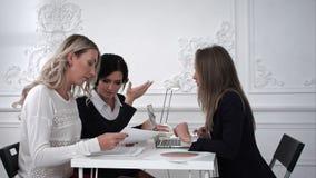 谈论三个的女商人工作在办公室和某事 股票录像