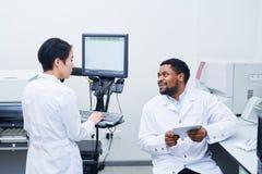 谈论不同种族的医护人员科学研究 库存照片