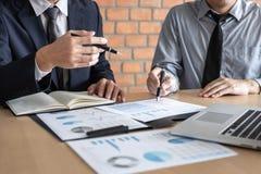 谈论专业的商务伙伴在遇见的想法计划和介绍项目工作和分析在工作区, 库存照片