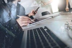 谈论两个同事的商人数据和数字式片剂 免版税图库摄影