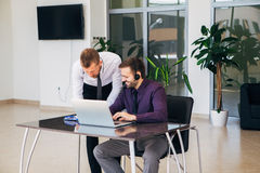 谈论两个的商人在业务会议图表 库存图片