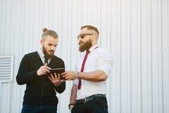 谈论两个的商人某事 免版税库存图片