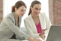 谈论两个的女商人项目合作 库存照片
